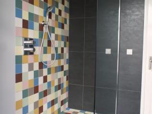 Badkamer gekleurde tegeltjes en eikenhout